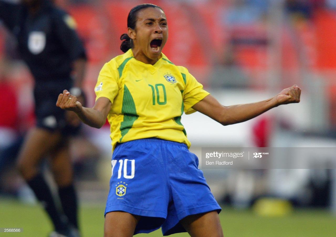 Na imagem, Marta está no centro da foto emocionada e comemorando seu primeiro gol em copas do mundo.