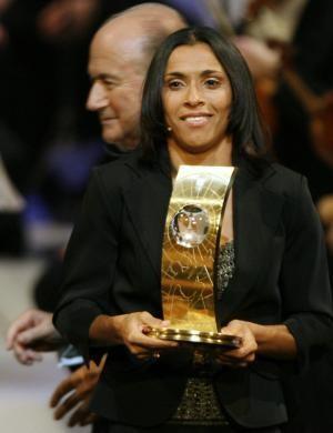 Na imagem, Marta está no centro e pousa com o troféu de melhor do mundo da FIFA nas mãos.